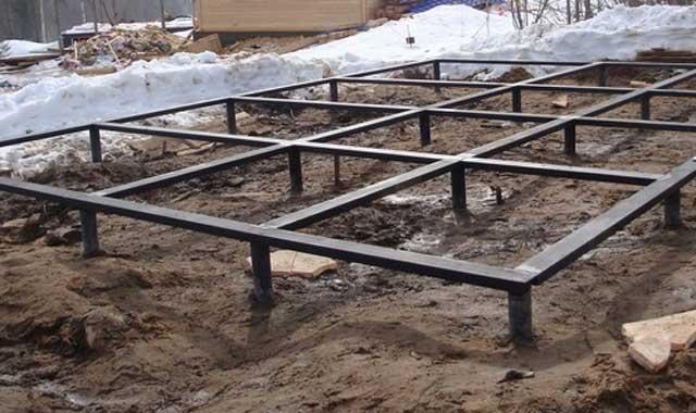 Свайный фундамент под гараж - отличный вариант, если вы думаете о том, как сделать фундамент для гаража на сложном грунте, быстро или зимой