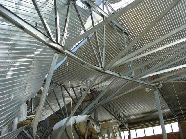 Большое количество соединений делают конструкцию гаража из ЛСТК очень ненадежной, крепкие каркасные металлические гаражи делают из более качественных материалов