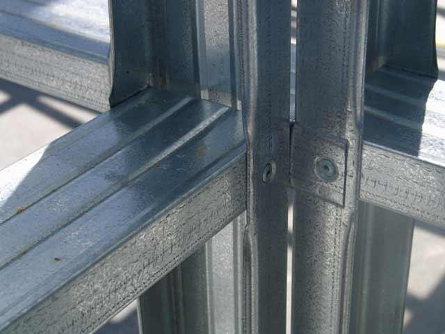 Соединения в гараже из ЛСТК не отличаются надежностью, обратите внимание на ржавчину на новых деталях, каркасные гаражи из металла могут быть намного прочнее