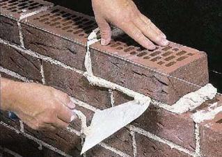При кладке стен из кирпича или строительных блоков в зимнее время также необходимо использовать специальные добавки или поддерживать благоприятный для затвердевания раствора температурный режим