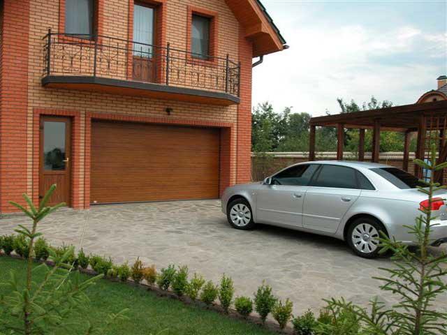 Где и как построить гараж - один из вариантов ответа: гараж внутри дома