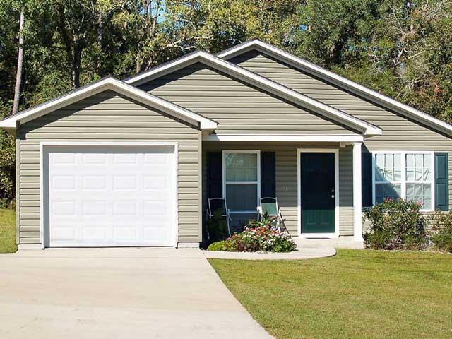 Пристроенный к дому гараж плюс автоматические подъемно секционные ворота для гаража - безопасный и удобный вариант