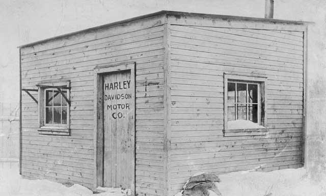 Новые возможности, как причина построить гараж - Уильям С. Харли и Артур Дэвидсон собирали свои первые мотоциклы в этом сарае