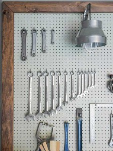 Как обустроить гараж внутри - удобный стенд для хранения инструментов можно сделать своими руками