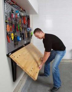 Отличный пример того, как обустроить гараж внутри без лишних трат и при этом сэкономить довольно много места