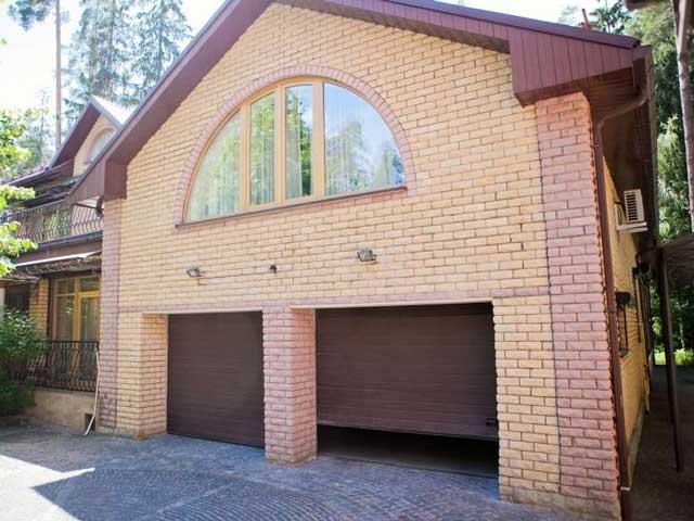 Проект двухэтажного гаража - вариант из кирпича выглядит по-домашнему