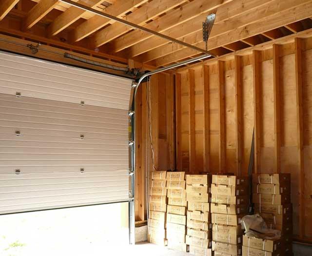 Секционные ворота для каркасного гаража из дерева или сэндвич-панелей подойдут идеально