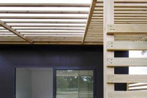 Строить дом из сэндвич-панелей лучше с небольшим навесов - это красиво и практично