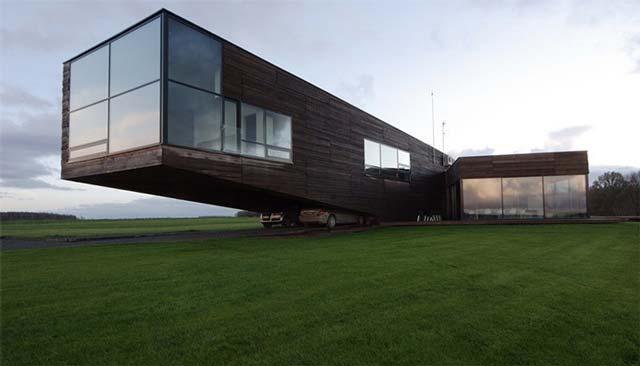 Дом необычной формы, под которым хозяин построил такой же необычный гараж