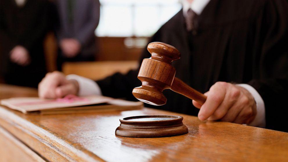 Чтобы оформить гараж без документов, требуется обратиться в местный суд