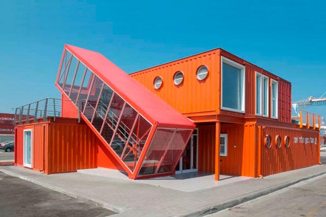 Дизайнеры пытаются строить не только гаражи из контейнеров, проекты попадаются довольно интересные.