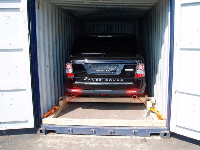 Даже под минимальный размер гаража контейнера не хватит. Двери полноразмерного автомобиля в нем просто не откроются.