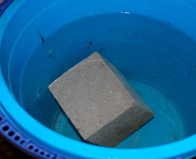 Пеноблоки лёгкие, они даже плавают в воде. Поэтому гаражу из пеноблоков не нужен мощный фундамент, по крайней мере, если грунт не проблемный.
