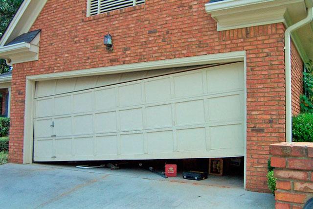 Секционные ворота в гараж тоже ломаются. Неправильная установка или дефекты деталей от непроверенных фирм - основная тому причина.