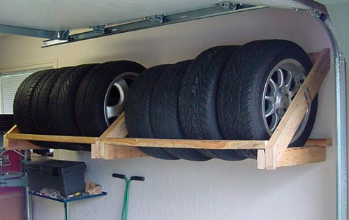 настенный стеллаж для колес