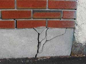 Перед тем как пристроить гараж к кирпичному дому, оцените возможность неправильной усадки