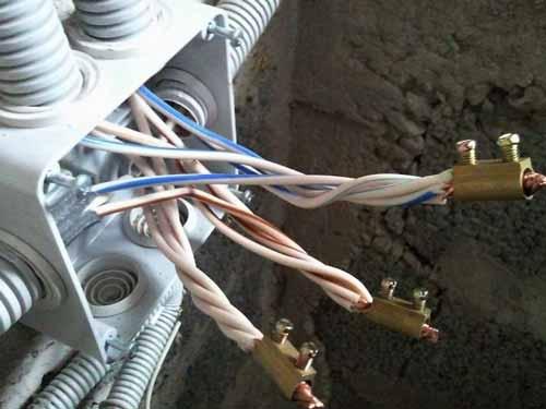 Открытая проводка в гараже легко монтируется