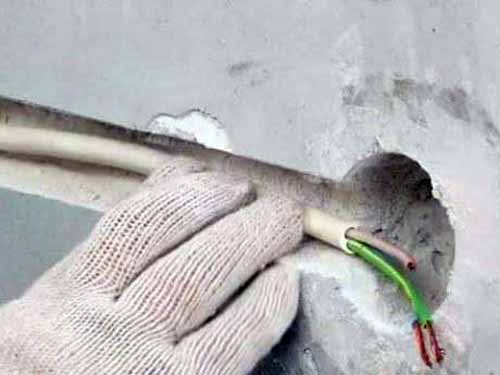 Для прокладки скрытой проводки в гараже нужно прорезать штробы в стене