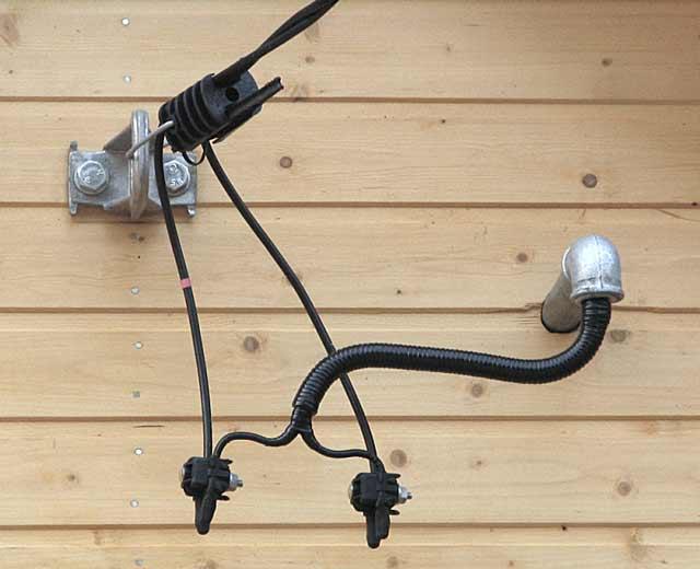 Надземная проводка - ввод в помещение - один из вариантов, как провести свет в гараж