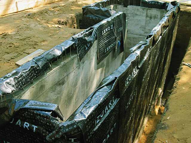 Перед тем как сделать смотровую яму в гараже, оцените необходимость гидроизоляции