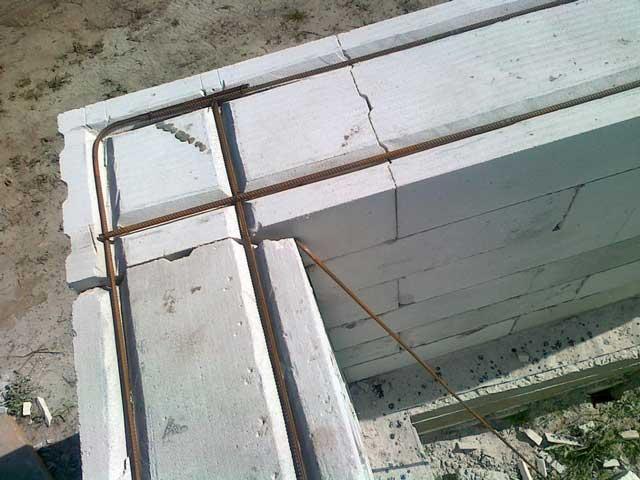 Гараж с мансардой: стены из блоков или кирпича нужно усиливать арматурой