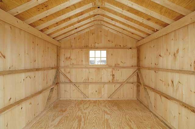 Обшитый вагонкой гараж выглядит очень уютно, но перед тем, как построить каркасный гараж с использованием этого материала, изучите его достоинства и недостатки