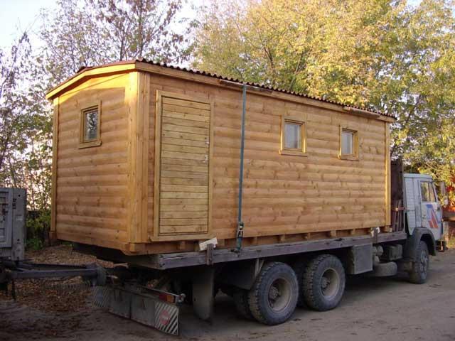 Небольшие каркасные постройки из дерева могут быть очень мобильны, но выбирая из чего лучше строить гараж пригодный к транспортировке, стоит обратить внимание и на сэндвич-панели