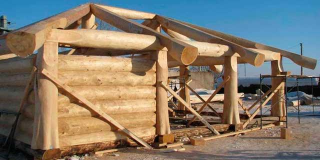 Построить деревянный гараж своими руками из брёвен кедра явно не получится. Фактически - это предмет роскоши, очень дорогой, и строить его должны квалифицированные специалисты. Кстати гараж на фото - каркасный.