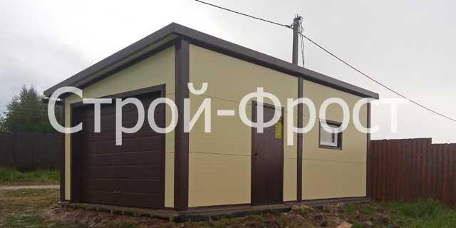 Дверь и окно позволяют использовать гараж из сэндвич панелей в качестве временного жилья