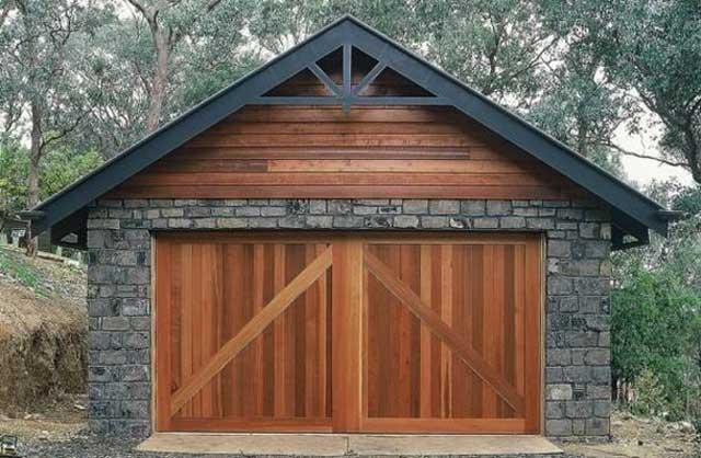 Необязательно полностью строить гараж из дерева, практичнее ограничиться несколькими деревянными элементами