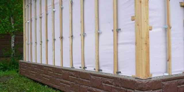 Построить гараж из дерева можно самостоятельно, но нужно хотя бы немного разбираться в строительстве и соблюдать технологию