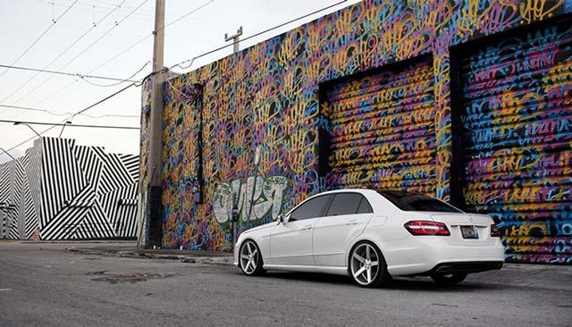 Самый обычный гараж можно преобразить с помощью красок, и не нужно быть художником