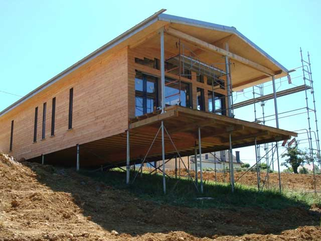 Свайный фундамент под гараж или дом подходит для крутых склонов