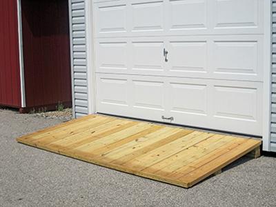 Въезд в гараж (пандус) из дерева прост в изготовлении, но недолговечен