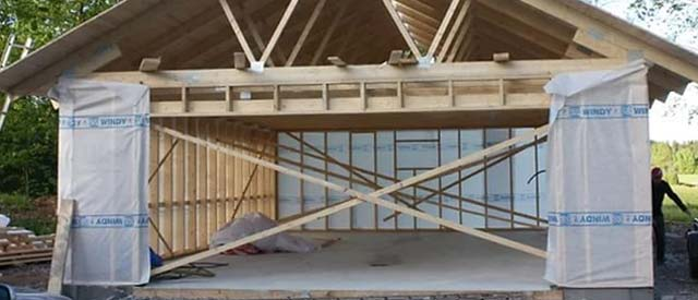 Тёплый деревянный каркасный гараж 6х4 строится с применением современных материалов (в том числе гидро- и произоляции)