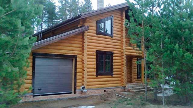 Хорошо построенный дом из бревна с гаражом может выглядеть просто сказочно