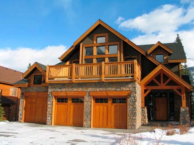 Проект дома с гаражом на 3 машины с жилыми помещениями на 2-ом этаже стоит выбирать, только если на земельном участке мало места