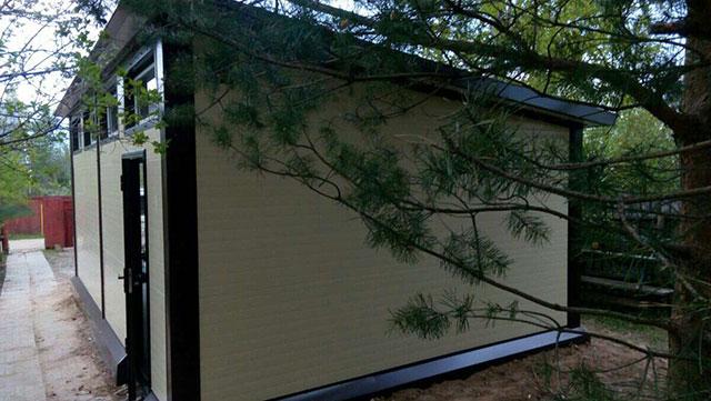 Новенький гараж из сэндвич панелей с разных сторон