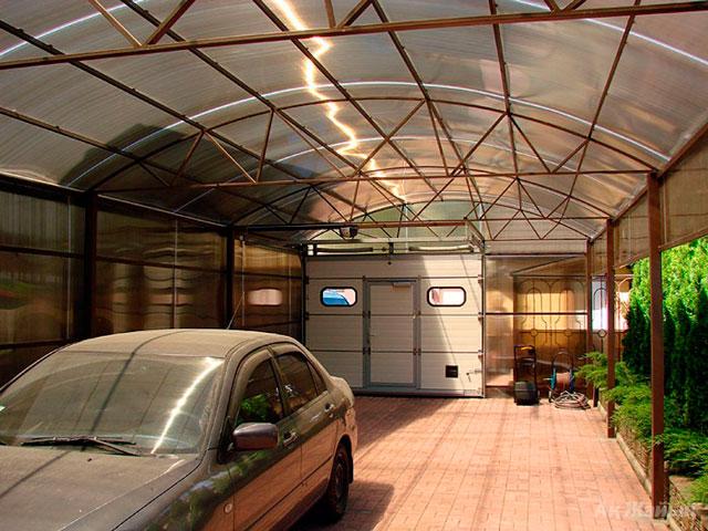 Чаще всего из поликарбоната строят не гараж, а навес. Такая постройка лучше всего соответствует параметрам этого материала.