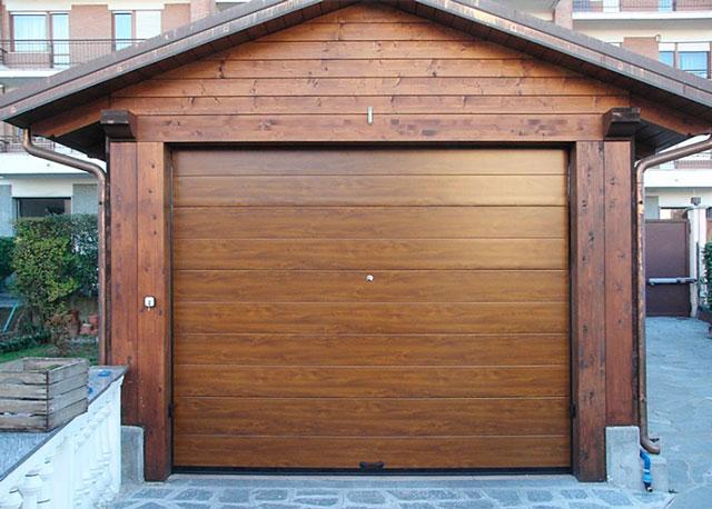 Аккуратно собранный гараж из профилированного бруса действительно очень хорошо выглядит