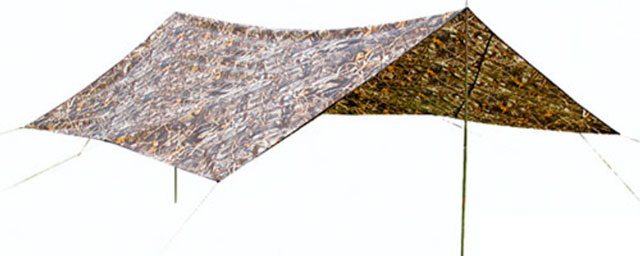 Навес из полотна или маскировочной сетки создает тень и прохладу
