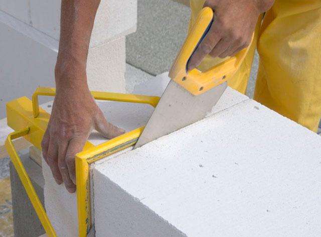 Пеноблоки легко обрабатывать. их можно пилить обычной ножовкой