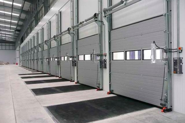 Секционные ворота очень широко используются на промышленных объектах. Это в какой-то степени является свидетельством их надежности и удобства.