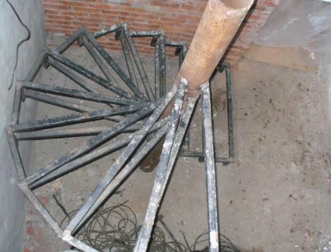 Лестница на второй этаж в гараже